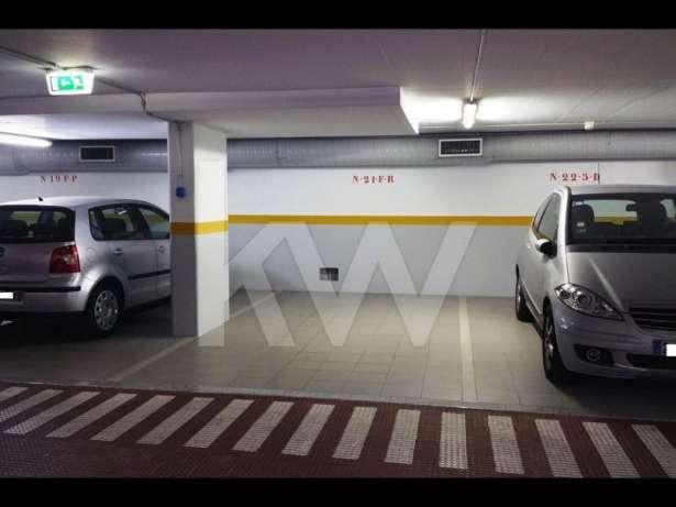 Excelente parque de estacionamento
