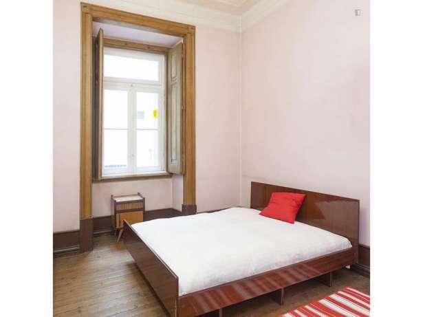 Excelente quarto na  avenida duque de ávila com despesas incluidas, l...