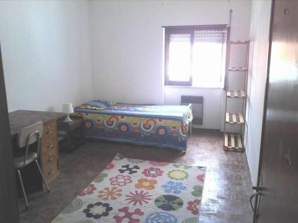 Excelente quarto na  rua silva ferreira com despesas incluidas