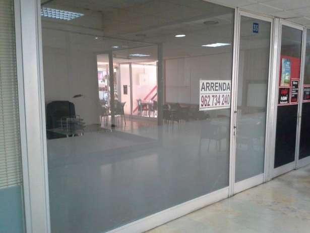centro de estudos-aluga-se loja em centro comercial. Contactarse.