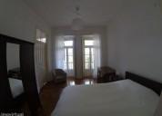 Quarto com cama de casal com varanda em casa com 4 quartos en lisboa