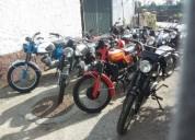 Motos motorizadas e uma bicicleta antigas en albergaria-a-velha